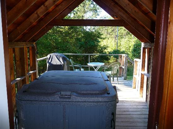 Sunrise Log Cabins: Hot Tub