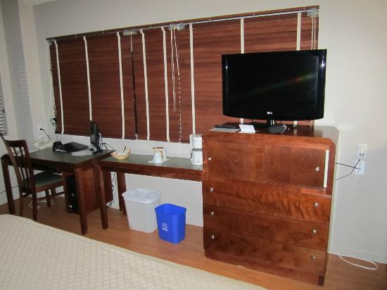 Hotel Dauphin Montreal - Longueuil: TV, desk and computer