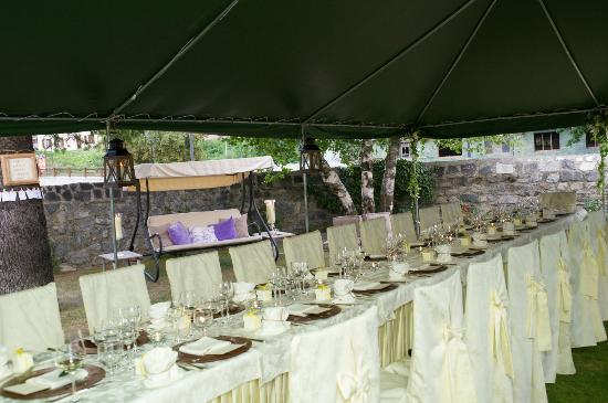 Hotel Baita dei Pini: Beautiful Garden and Dinner Table