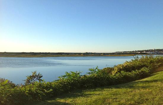 The Dunes on the Waterfront: La rivière Ogunquit au lever du jour