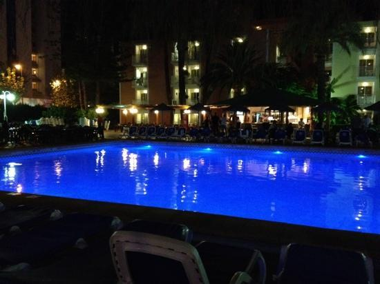 Servigroup Pueblo Benidorm: hotel pueblo benidorm pool at night