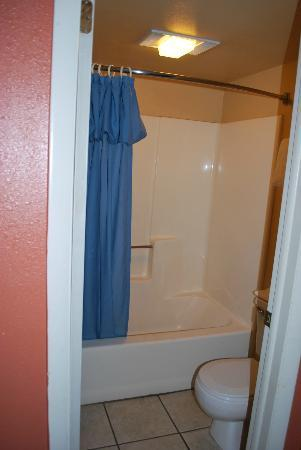 Coronada Inn and Suites: Bathroom