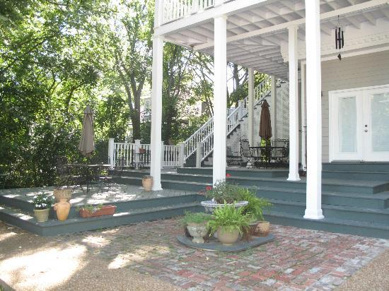 Magnolia House Bed and Breakfast: The guest rooms are on the 2nd floor and can be accessed from the back of the house