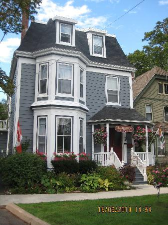 Charlotte's Rose Inn : An Authentic Island Victorian Home