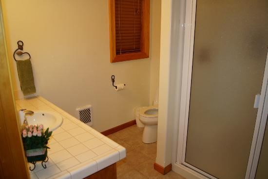 Victor and Dawna&#39;s Hells Canyon Resort: Room bathroom