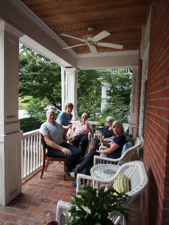 Woodley Park Guest House: Visiting with new friends on the porch