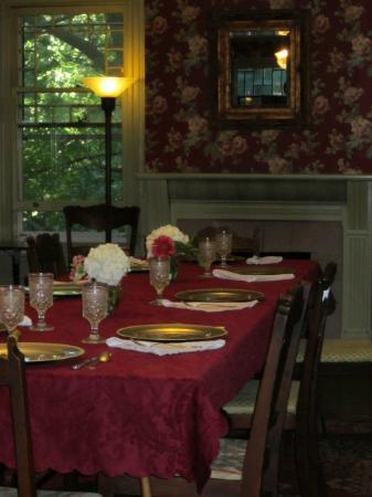 Faunbrook Bed & Breakfast: Breakfast in the Dining Room