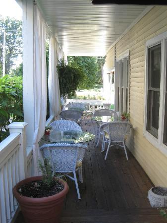 The Sand Castle Inn: Side porch