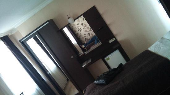 Old City Viva Hotel: Bedroom, double bed behind me..