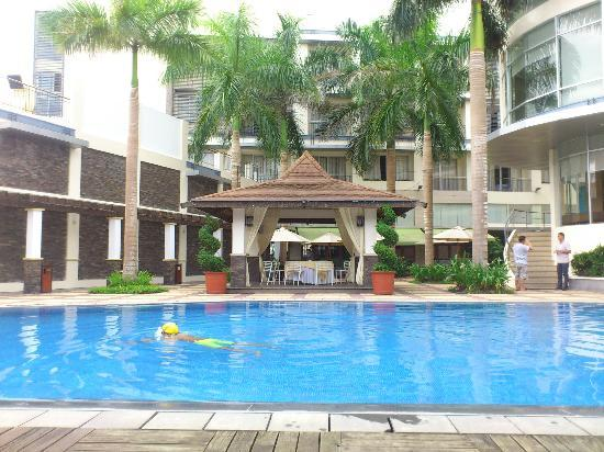 Facade Of The Bldg From The Pool Picture Of Avenue Plaza Hotel Naga Tripadvisor