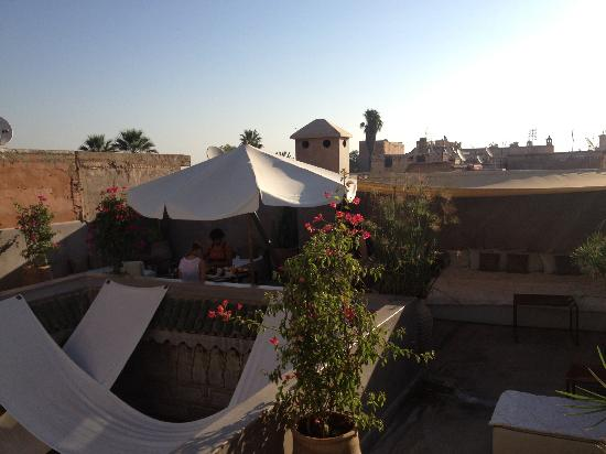 Riad Dar One: Roof terrace for breakfast