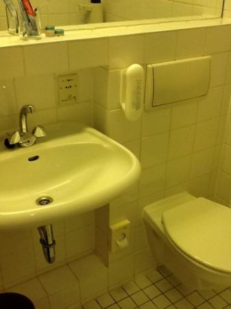Hotel Zoo Berlin: bathroom, single room