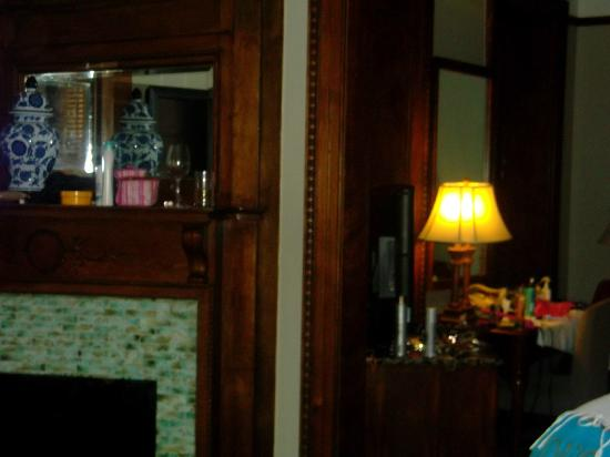 Hotel Wales: Vintage Fireplace, Granite dresser tops