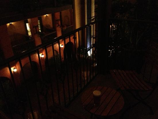 Hotel Valencia Riverwalk: night view to courtyard from our balcony