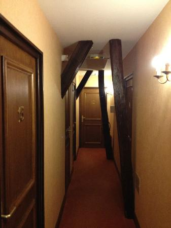 Hotel De La Cloche: Hallway upstairs