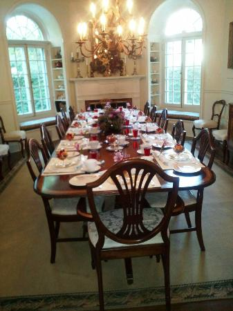 Lakewinds Country Manor: Breakfast table is set