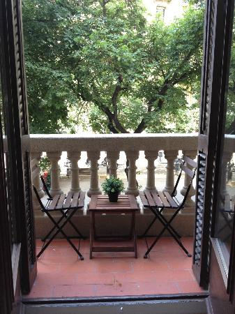Aspasios Rambla Catalunya Suites: Balcony of our suite with view of tree-lined street.