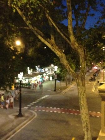 Aspasios Rambla Catalunya Suites: Night view of cafes from the balcony
