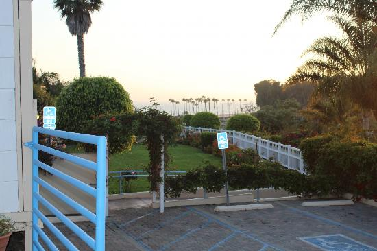 Malibu Country Inn: View from the pool area towards Zuma Beach