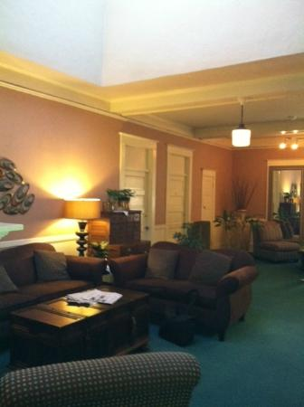 Columbia Hotel: lobby/living room