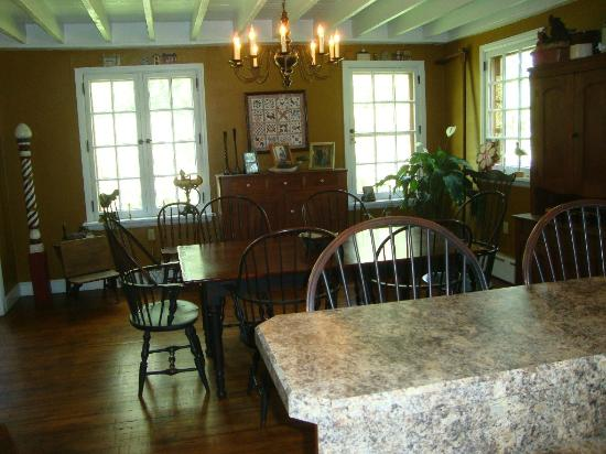 Meadowbrook School Bed & Breakfast: Dining Room