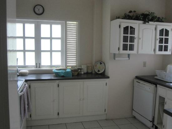 Plantation Beach Villas: Kitchen