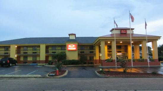 Econo Lodge &amp; Suites: Econo Lodge outside of motel