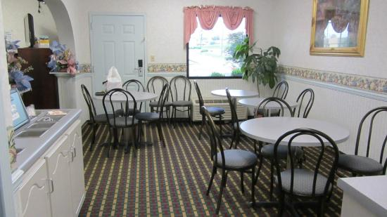 Econo Lodge & Suites: breakfast area