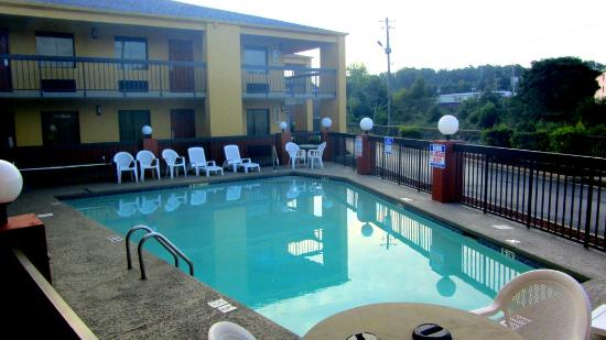 Econo Lodge & Suites: Seasonal pool