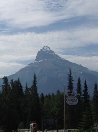 Johnston Canyon Resort: mountain peak outside the check in