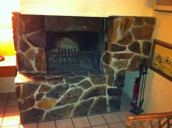 Sierra Lodge: Fireplace