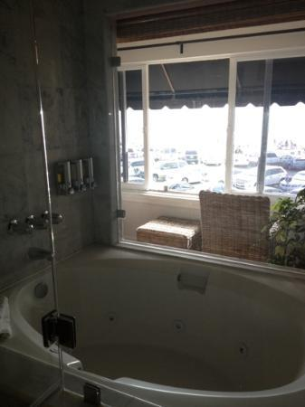 Newport Beach Hotel: spacious tub