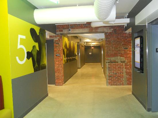Hostelling International - Boston: Hallways