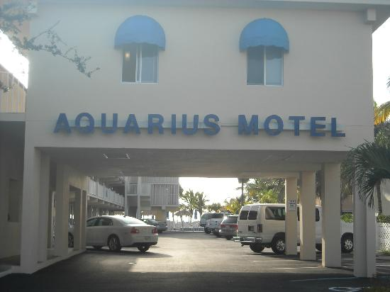 Aquarius Oceanfront Resort: Front of hotel