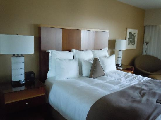 Loews Hollywood Hotel: Super comfy bed and pillows
