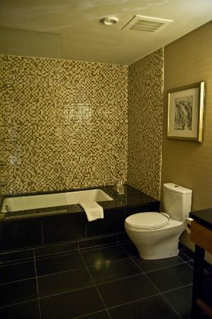 Viceroy Snowmass: GREAT, large bathroom