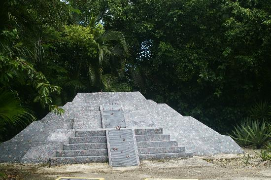 replica of pyramid of the moon (aztec) - picture图片
