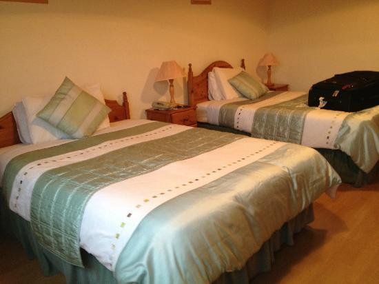 O'Connor's Guesthouse Accomodation: Double beds - nicely decorated - clean linens