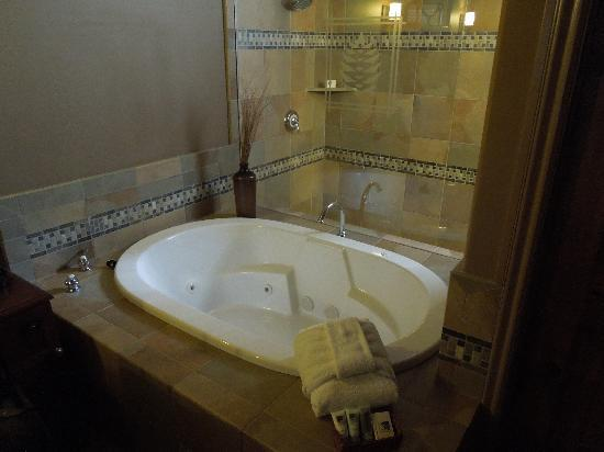 Secrets Inn: Jacuzzi tub