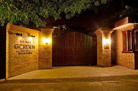 Red Wall Garden Hotel: Gate