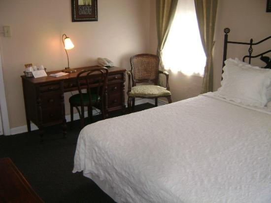 Americas Best Inn St Petersburg: Single room one side