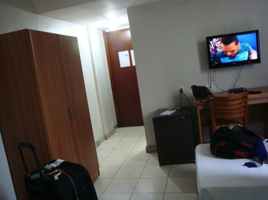 Golden Park Hotel: quarto com tv e guarda-roupa