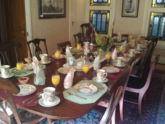 The Gaslight Inn Bed and Breakfast: Beautifully set for breakfast.