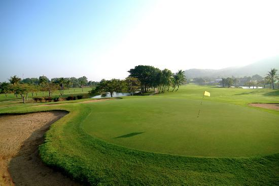 Palm Hills Golf Club & Residence: ็Hole 2 on green