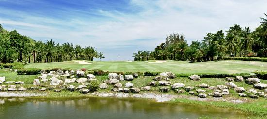 Palm Hills Golf Club & Residence: Signature Hole