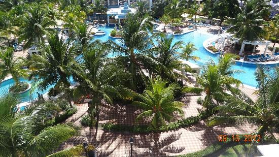 ClubHotel Riu Ocho Rios: view from the room this is the party pool, the other pool on other side is for older ppl