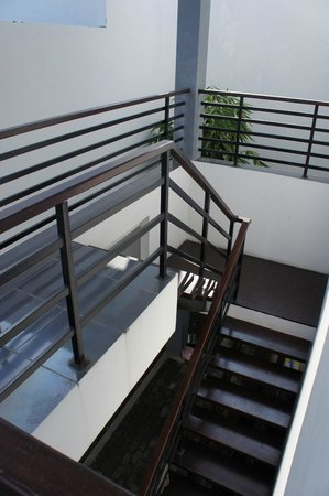 harmony hotel: Steep staircase to 2nd level