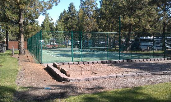 Crown Villa RV Resort: Tennis court/horseshoes