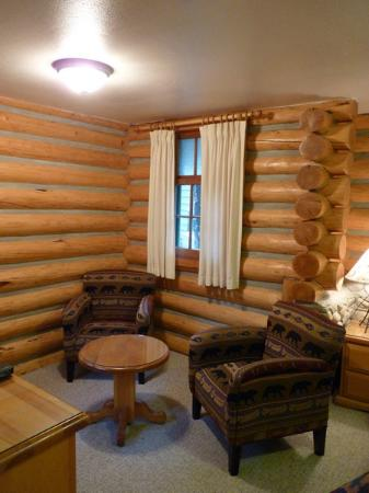 Patricia Lake Bungalows Resort: Little seating area
