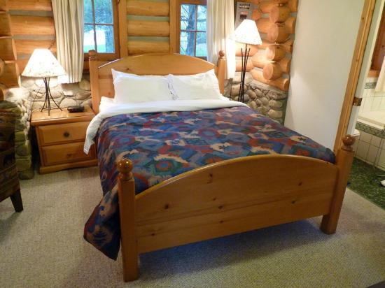 Patricia Lake Bungalows Resort: Nice double bed